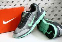 Sepatu Olahraga Pria / Bagi kamu yang ingin berolahraga dengan sepatu murah tapi tetap dengan gaya yang elegan.