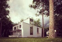 le BAUHAUS, ses créateurs, sa symbolique et ses créations / Ecole fondée en 1919 par l'architecte Walter Gropuis à Weimar (Allemagne) regroupant tous les arts y compris l'artisanat. Fermée en 1933 par les nazis, certains professeurs partent aux USA et l'esprit renaitra à Chicago ou sont posés les bases de l'architecture moderne et du style international