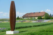 Herbert Mehler / Herbert Mehler est un sculpteur allemand. Il utilise des lames d'acier Corten pliées et découpée pour élaborer ses sculptures; ces dernières prennent leur dimension dans la mobilité.