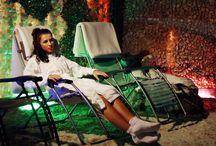 """Grota solna / W Klinice Uzdrowiskowej """"Pod Tężniami"""" znajduje się jedyna w Polsce Kryształowa Komnata Solna z tężnią solankową, której klimat, odpowiednie oświetlenie i relaksująca muzyka kojąco wpływają na samopoczucie i wprowadzają w stan odprężenia."""