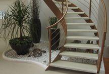 Jardín debajo de escaleras