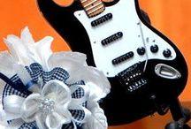 Bomboniere / segnaposti tema musicale / Bomboniere e segnaposti originali per matrimoni, cresime, battesimi e cerimonie a tema musicale: mini chitarre, mini violini, portachiavi forma chitarra...