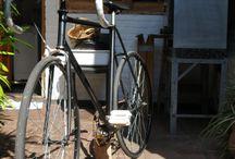 restauracion 1 terminada. / luego de varias semanas logré restaurar esta bicileta de carreras antigua, reemplazando rayos, rodamientos (juego de direccion, ambas mazas y la caja pedalera), aro tracero (por uno mas reforzado), y un manubrio acorde al estilo que estas bicicletas poseen; ademas de pedales puños manija de freno para un andar mas comodo y seguro.