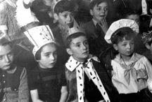La fiesta de Purim – antes, durante y después del Holocausto / Las fotos de esta exhibición, reunidas del Archivo de Yad Vashem, muestran algunas de las formas en que se celebraba Purim antes, durante y después de la guerra, en los campos de desplazados y hogares infantiles.