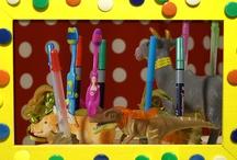 Beestenboel! - aflevering 10. KnutselTV / Van oud speelgoed kun je ook hele toffe dingen maken. Wat dacht je van een tandenborstelhouder van een varken? Of een hele veestapel op je lamp? Deze keer in KnutselTV