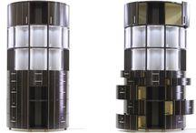 Vetriina / Vetrina semicircolare, un design realizzato con pannelli curvi a continuità dei venatura, rivestimenti interni in pelle e apertura a raggiera dei cassetti.