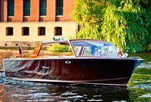 """Heiratsantrag auf dem Wasser in Berlin mit bowarrow.de / Auf dieser Pinnwand findet man Komponenten aus unserem Paket """"Heiratsantrag auf dem Wasser"""". Es beinhaltet eine Chauffeurfahrt, eine Bootstour auf der Spree in einem 60er-Jahre-Mahagoni-Sportboot, ein 4-Gänge-Menü mit Wein und Wasser und einen Blumenstrauß."""