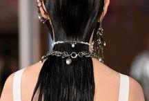 Haar-Accessoires 2018 / 2018 feiern Haar-Accessoires ihr großes Revival! Was Millennials mit ihrer Kindheit verbinden – bunte Haarclips, Haarbänder oder Haarspangen – sind jetzt ein Trend und zeigen sich sogar erwachsen. Inspiration, wie man die Accessoires für die Haare trägt und welche Frisuren dazu am besten passen, findest du bei Harper's Bazaar.