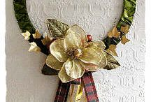 Christmas Outdoor Decorating Ideas / Ideas to decorate outdoor spaces for Christmas. Deck up doors, fences and trees.