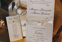 Zaproszenia ślubne Dubaj 2015 / Kolekcja zaproszeń ślubnych Dubaj w zmodyfikowanej i odświeżonej wersji 2015. Kolekcja poza zaproszeniami zawiera zawiadomienia, winietki na stół, zawieszki na alkohol, księgę gości, rozkład stołów, numery na stoły, podziękowania dla gości i podziękowania dla rodziców.