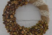 SPRZEDANY DĘBOWY - 99 zł - wieniec / Ten pracochłonny wianek wykonany w nurcie ekologicznym z dodatkiem kontrastowej elegancji w postaci pereł i bawełnianej koronki w kolorze beżowym. Wianek opleciony jest jutą oraz wyklejony naturalnymi kapeluszami żołędzi. Niezwykle intrygujący, minimalistyczny i gustowny zarazem. Doskonały pomysł na prezent. Średnica ok. 32 cm.