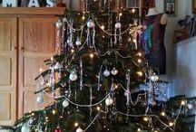 Weihnachtsbäume und Deko
