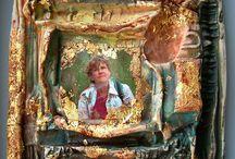 bas reliefs en porcelaine avec rehauts d'or / bas reliefs sur porcelaine avec  des  collages de photographies  numérique, engobes, pigments, feuille d'or
