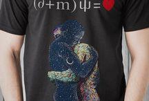 """LINEA T-SHIRT / CROMATINA nasce tra i banchi universitari, durante una lezione di biologia, quando un giovane studente (Marco Pappa) ipotizza la presenza di un virus come causa scatenante del sentimento dell'amore.  Nasce così la filosofia del """"virus dell'amore"""" che si decide di rappresentare tramite due simpatici pupazzi, Amore e Psiche. L'Idea verrà promossa con una T-shirt, si tramuterà in seguito in collezione e diventerà, infine, il logo identificativo dell'abbigliamento CROMATINA."""