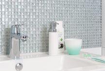 Badkamer met mozaïek accenten / Voorkeur voor een moderne maar toch unieke uitstraling in je badkamer? Kies taupe kleurige betonlook tegels. Ze geven je badkamer een robuust uiterlijk. Combineer ze met witte hoogglans wandtegels voor een moderne badkamer. En voeg mozaïektegels toe, deze geven je badkamer een frisse, unieke look.