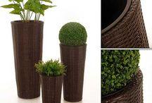 Blumenkübel aus Polyrattan / Der robuste Kunststoff ähnelt optisch dem Naturmaterial, ist allerdings viel robuster. Nämlich wasser- und frostfest, auch UV-Licht lässt nichts ausbleichen.