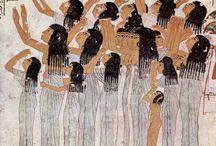 Ókori Egyiptom művészete / (I.e. 3000 és i.e. 30)Óbirodalom-Középbirodalom-Újbirodalom-Kései kor. Korlátlan hatalmú fáraó, hieroglif írás, öntözéses földművelés, csillagászat, matematika, geometria, tízes számrendszer. Többistenhit. Mumifikálás. Obeliszkek, sziklasírok, masztabák, piramisok. Festészeti ábrázolások a legjellemzőbb felületek törvénye szerint.  Fejlett kézművesség, üvegműves és ötvöstárgyak.