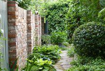 Backsteinmauer Garten
