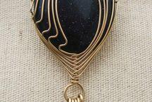 черный медальон в оправе из проволки