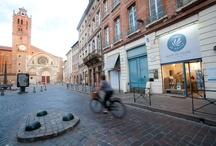 Boutique de Toulouse / Le paysage architectural de la ville Rose a été modelé par le commerce fructueux du pastel à la Renaissance. Découvrez notre boutique et son institut située à deux pas des plus beaux hôtels pasteliers. Graine de pastel Toulouse - 4 place St-Etienne 31000 Toulouse