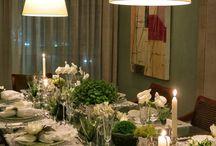 mesa decorada com velas flores e porta guardanapos