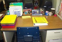 Organisering av klasserommet / Bilder av undervisningsmateriell på vegger og organisering av skrivebordet.