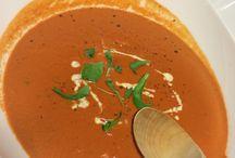 Alkuräjähdys! / Alkuräjähdys! - niminen roukalaji suorastaan pakotti poimimaan tomaatit ja chilit kyytiin. Vahvasti chilillä maustettu kermainen tomaattikeitto antaa alkuräjähdyksen koko pitkähkölle aterialle.