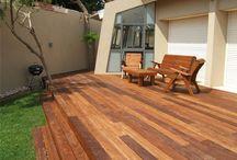 דקים - עץ ועצה / דקים הם מדרכי עץ המורכבים מלוחות עץ מלא. בניית דקים פופולאריות במיוחד בחלקים החיצוניים של הבית, גינות פנימיות או כאלמנט עיצוב מרשים בחלל הבית או במשרד.