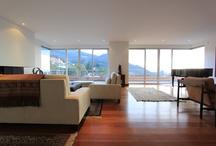 Penthouse en Santa Bárbara Alta / Este excelente penthouse dúplex de 4 habitaciones cada una con baño cuenta con la mejor vista de la ciudad y una linda reserva forestal que lo rodea. Con muchas entradas de sol tanto en la mañana como en la tarde, este es un lujo que no muchos se pueden dar. Con sus 400mts2 de área, más 330mts2 de terraza y 100mts2 de altillo cubierto, usted podrá disfrutar de este apartamento en cualquier ocasión, ya sea una fiesta, un BBQ, o un atardecer.