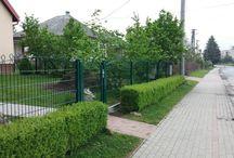 Dekoratívny plot Decofor v Prešove - Referencia / V Prešove sme realizovali nezvyklú kombináciu dekoratívneho oplotenia Decofor z prednej časti s panelmi Nylofor 2D z bočnej strany od suseda. Všetko sme dodávali v zelenej farbe. Na zákazku sa vyrábala aj automatická krídlová brána. Otváranie brány bolo piestovým pohonom zn.Nice.