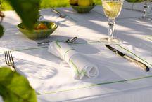 Tafellinnen / Tafellakens, servetten, placemats en tafellopers van de mooiste kwaliteit linnen. U kunt de kleuren afstemmen op de inrichting van uw jacht of de aankleding van de eettafel. Wij hebben deze items niet op voorraad, omdat u zelf de uitvoering en de maat kunt bepalen. Natuurlijk helpen wij graag bij het maken van de beste keuze.