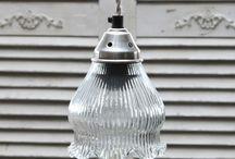 Szklane Lampy Chic Antique / Szklane lampy marki chic antique to oryginalne oświetlenia, dające dużo światła dzięki swoim w pełni oszklonym kloszom.  Kształty kloszy są niezwykłymi ozdobami. Nowoczesne rozjaśnienie pomieszczeń.