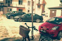 Alternatywne parkingi rowerowe / Każdemu z nas zdarzyło się szukać miejsca parkingowego, znalezienie miejsca dla roweru jest często dość męczące, zabawne i dramatyczne zarazem. Dzielmy się tym!