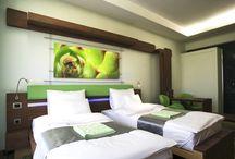 Szobáink / Szállodánkban standard kétágyas szobák, superior és tópanorámás szobák, valamint luxus lakosztályok foglalhatók.