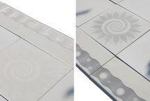 dallage jeu de lumière, dalles effet optique / Dallage Lumière Symétrie et Lumière Soleil   avec un effet optique, gamme Jeu de Lumière, en pierre reconstituée (béton préfabriqué décoratif), mono-format, 50 x 50 cm.  Principe : Grâce à un jeu d'ombre et lumière les dalles s'animent et deviennent dynamiques. En fonction de la position de l'observateur et de la source lumineuse, un motif va alors apparaître en surbrillance ou en relief.