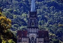 Petrópolis / Petrópolis, também conhecida como Cidade Imperial, é uma cidadade serrana no estado Rio, com muito charme e belos casarões antigos. Se você quiser saber mais sobre ela, dê uma olha no nosso site em: http://viagensdebotequim.com.br/petropolis-a-cidade-imperial-serrana-2/