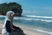 A Day At Indrayanti Beach Yogyakarta / Kenangan yang takkan pernah kulupakan. Ceria bersama teman - teman dengan menikmati panorama yang indah dan deburan ombak yang sangat sangat indah. Nice :)