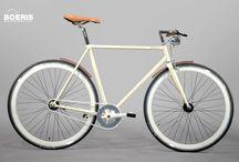 Biciclette Single Speed / Ruote a profilo alto, manubrio in legno e colorazione personalizzata. Vieni a trovarci in casa Boeris per creare la bicicletta su misura per te. Tutti i cicli da noi realizzati e visualizzabili in questa pagina, rappresentano un cliente con caratteristiche fisiche diverse. Personalizziamo biciclette su misura per voi.