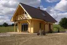 Projekt domu Sosenka 4 / Projekt domu Sosenka 4, to wersja wariantowa projektu Sosenka. Budynek może pełnić funkcję całorocznego lub letniskowego. Dom został zaprojektowany w konstrukcji szkieletowej drewnianej. Jego prosta bryła zapewnia szybką i ekonomiczną budowę.