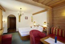 Die großzügigen Wohnschlafzimmer / Freude für die ganze Familie beim Urlaub im Hotel Schwarzer Adler, denn hier gibt es genug Platz. Die großzügigen Wohnschlafzimmer sind mit modernstem Komfort ausgestattet. Das besondere Highlight dabei sind die Erllebnisduschen.