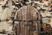 Aqua ouverture porte et mur de pierre