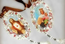 Artesanato Religioso / Medalhões com impressão em tecido e acabamentos diversos, pingentes de porta com utilização de contas e figuras impressas em madeira resinada.