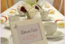 Kleine feine Hochzeit / Hier seht Ihr ein Beispiel für eine kleine Hochzeit mit ca. 22 Gästen, die mit sehr kleinem Budget trotzdem ein schönes Ambiente gezaubert hat. Selbst gebackene Cup Cakes mit einem Namensschild gibt die personalisierte Note.