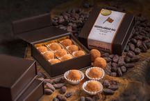 De Nederlandse Bal-Collectie / De Nederlandse Bal-Collectie is een assortiment handgemaakte bonbon-ballen van Hollandse bodem. De fijnste Fairtrade-chocolade in combinatie met streek-ingrediënten maken van deze bonbon-collectie een cadeau, een traktatie én een souvenir bij uitstek.