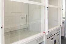 Vitrinas de Gases / Las vitrinas HIB de ultra bajo caudal y un sistema de ventilación controlada bajo demanda conseguimos adecuar los tamaños de equipos de producción a las demandas reales, disminuyendo considerablemente la huella ecológica del edificio.