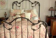 Shabby Chic: Iron Bed / by Nanny Nee