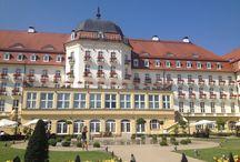 Grand Hotel Sopot / Luksusowy 5 - gwiazdkowy hotel w Sopocie z 1927 roku. Położony  przy samej plaży. Na Gości czeka 127 eleganckich pokoi.