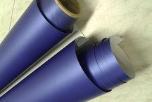 Car Wrapping / Mit Car Wrapping bezeichnet man das Einpacken des Autos mit einer Autofolie. Die Autofolie schützt den Lack des Autos vor Steinschlägen und Kratzern. Es gibt die Car Wrapping Folie nicht nur in Transparent ( Lackschutzfolie ), sondern auch in vielen verschiedenen Farben mit unterschiedlichen Oberflächen, wie z.B. matt, glänzend, metallic, metallic matt oder Carbon-Optik.