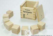 """Spielgabe 3 - Froebel Gift 3 / Spielgabe 3 - das sind 8 würfelförmige Holzbausteine die Friedrich Fröbel für Kinder im Kindergarten hergestellt hat. Sie bilden den Anfang von mehreren Holzbaukästen und Legespielen für Kinder ab 3 Jahren. Zusammen heißen sie """"Spielgaben""""."""