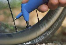 milKit tubeless booster / Der direkte Luftfluss ohne Schlauch reduziert den Druck nicht unnötig aufgrund von Reibungsverlust. Der milKit booster funktioniert mit allen Tubeless-Ventilen, mit oder ohne entferntem Ventilherz. Bei milKit-Ventilen wird die Luft nach dem Aufpumpen jedoch durch die zusätzlichen Gummiklappen unten am Ventil auch ohne Ventilherz im Reifen gehalten, was die Reifenmontage nochmals erleichtert.